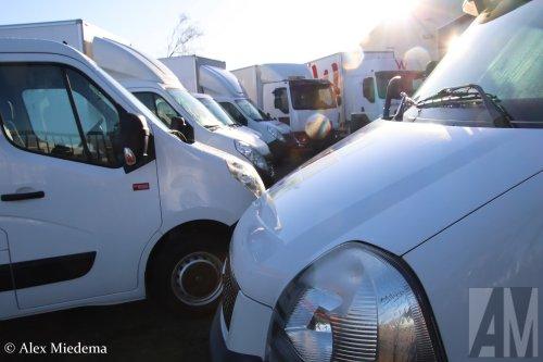 Op deze foto staat M.S. de Vries (Bitgum) × met een Renault Master, opgebouwd met gesloten opbouw.  https://youtu.be/2jmNwZ02tUM