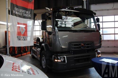 Hier zie je M.S. de Vries (Bitgum) × met een Renault D-serie, opgebouwd voor containertransport.  https://youtu.be/2jmNwZ02tUM
