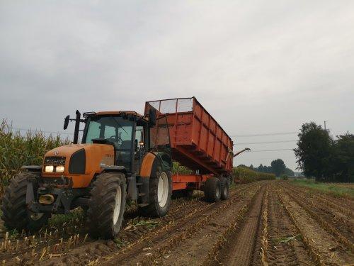 Foto van een Renault Ares 620 RZ druk in de mais.. Geplaatst door joostmc-cormick op 12-09-2020 om 10:19:12, op TractorFan.nl - de nummer 1 tractor foto website.
