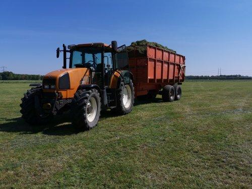 Foto van een Renault Ares 620 RZ druk in het gras.. Geplaatst door joostmc-cormick op 12-09-2020 om 10:19:15, met 2 reacties.