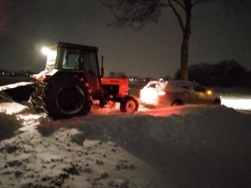 2 x familie hulp. Pa komt mij uit de sneeuw redden en de Renault 751 redt zijn verre neefje Renault Megane.