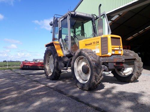 Foto van een Renault 75-34 TX, aan het slootkanten klepelen met 2 meter klepelmaaier. Geplaatst door atlaspower op 27-05-2021 om 21:29:39, op TractorFan.nl - de nummer 1 tractor foto website.