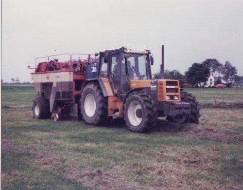 Foto van een Renault 145-14 tz 16 aan het persen in de jaren 80. Geplaatst door bennie john deere op 09-05-2010 om 13:27:52, met 29 reacties.