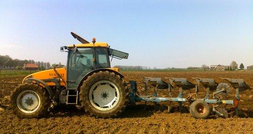 Foto van een Renault Celtis 456RX, bezig met maisland ploegen. foto van TF-er Thij.. Geplaatst door Abarth op 01-11-2010 om 15:54:09, met 2 reacties.