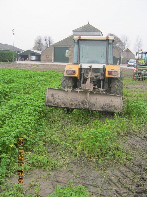 Foto van een Renault 681-4s met schuifbordje, bezig met poseren.. Geplaatst door bdv B janssen op 21-11-2012 om 18:58:44, op TractorFan.nl - de nummer 1 tractor foto website.