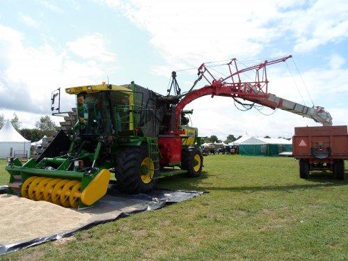 Foto van een Riecam ccm molen op de country fair in aalten 2013. Geplaatst door pimmeke op 02-07-2013 om 18:46:49, met 2 reacties.