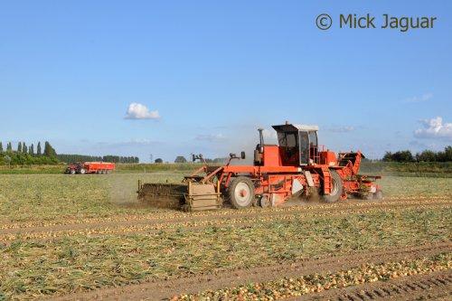 Riecam werktuigdrager, bezig met uien te rooien.  Filmpje? -> http://www.tractorfan.nl/movie/35017/. Geplaatst door Mick Jaguar op 21-09-2013 om 20:27:02, op TractorFan.nl - de nummer 1 tractor foto website.