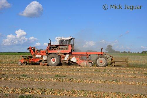 Riecam werktuigdrager, bezig met uien te rooien.  Filmpje? -> http://www.tractorfan.nl/movie/35017/