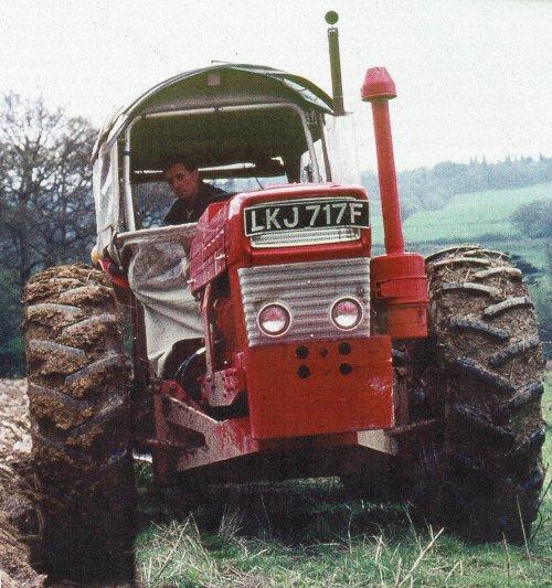 Foto van een Roadless 115 .  Deze trekker hebben als een  Dutra gecamoufleerd . Classic tractor. Geplaatst door mklok op 13-03-2017 om 18:42:56, met 12 reacties.