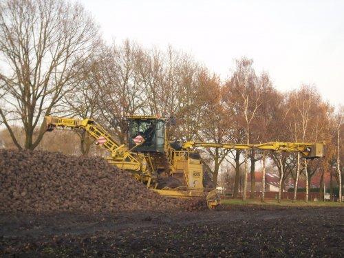 Deze Ropa Euro Maus 4 van loonbedrijf Keunen Overloon was afgelopen maandag aan het bieten laden aan de Westerwijk te Diessen(N-Br). Hier in de wacht op vrachtwagens. Transport werdt verzorgt door o.a. A. Van Dommelen transport Esbeek en Gebr. Van Eijck transport Alphen.