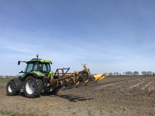 Foto van een Rumpstad Ploeg, stukje grasland vernieuwen. Fijne ploeg, mooi werk en mooi weer erbij!. Geplaatst door MulderDeutz1 op 11-04-2020 om 19:05:02, op TractorFan.nl - de nummer 1 tractor foto website.