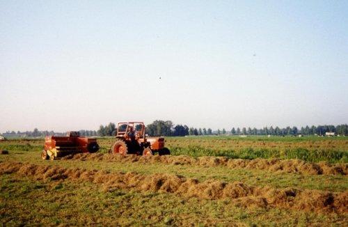 Jaar weet ik niet meer, Deze polder is ook allemaal woonwijk geworden. Toen nog lekker hooi persen in het veen weide gebied in Moordrecht.