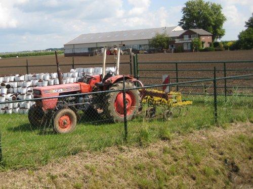 Foto van een Same Aurora met rijencultivator voor de zonnebloemen. Geplaatst door fiatjuh op 17-07-2011 om 16:59:45, met 2 reacties.