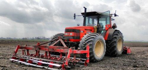 Foto van een Same Antares 130, bezig met ploegen / eggen. Kortakkerbouw http://www.kortakkerbouw.nl/
