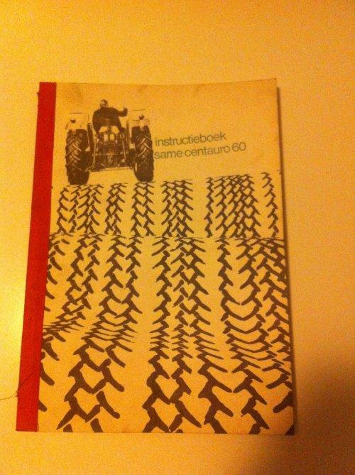 Foto van een Same folder, druk bezig met Poseren. Orginele boek weten te bemachtigen. Geplaatst door boer op 28-01-2014 om 20:28:46, met 5 reacties.