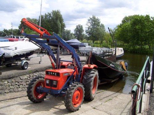 Foto van een Same Minitauro 60, bezig met te water laten van een boot.. Geplaatst door Minitauro op 07-05-2014 om 17:15:01, met 7 reacties.