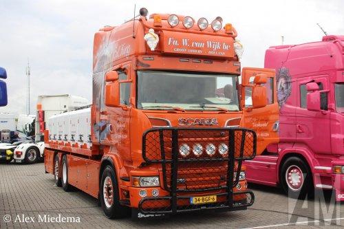 Op deze foto staat Visgroothandel W. van Wijk B.V. met een Scania R580, opgebouwd voor dierenvervoer.