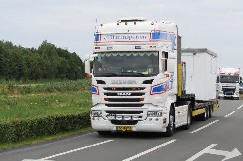 Op deze foto staat JTB Transporten (Horst) × met een Scania R450, opgebouwd voor speciaal transport.