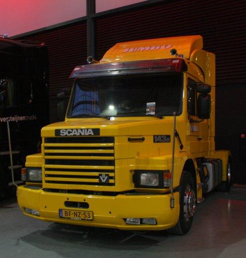 Jumbo Supermarkten (Veghel) × op de foto met een Scania T143, opgebouwd zonder opbouw.. Geplaatst door gekke drent op 17-06-2019 om 19:15:53, op TractorFan.nl - de nummer 1 tractor foto website.
