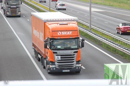 Foto van een Scania R450 van SKAT Transport sp. z o.o. (Gdańsk) ×, opgebouwd als zeilenwagen.. Geplaatst door Alex Miedema op 23-06-2019 om 17:44:43, op TractorFan.nl - de nummer 1 tractor foto website.
