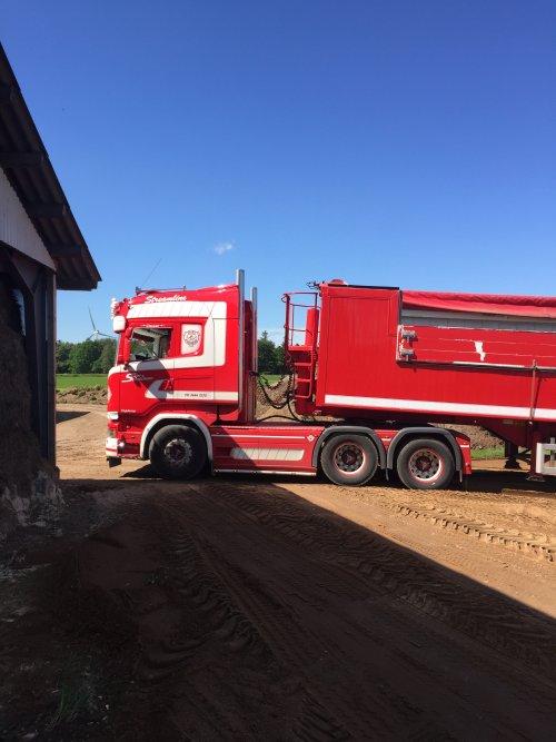 Foto van een Scania R500, 2000 kuub zand aanvoeren om het land op hoogte te brengen. Geplaatst door rubencasecs op 01-07-2019 om 08:04:38, met 6 reacties.