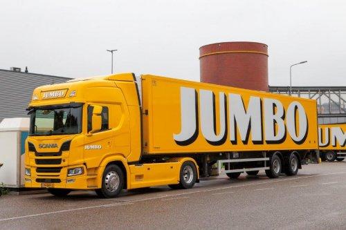 Jumbo Supermarkten heeft bij Scania een order geplaatst voor 44 nieuwe Scania's G410 en G450 trekkers met het hoge dak. Net als bij eerdere afleveringen worden ook deze trucks af-fabriek in de bedrijfskleuren gespoten. De SCR-only motor staat garant voor een laag brandstofverbruik. Het Scania 13-liter motorplatform verwierf dit jaar voor de derde keer in successie de Green Truck Award in een directe confrontatie met de belangrijkste concurrenten. De exemplaren met de 450 pk motor zullen worden ingezet als LZV. De uitlevering van de nieuwe voertuigen is reeds gestart. Vorig jaar nam Jumbo twee Scania Hybrid trucks in gebruik.     De voertuigen worden door Scania Veghel af-fabriek in het bekende gele design bij Jumbo Supermarkten in Veghel afgeleverd. Alle voertuigen zijn uitgerust met de G slaapcabine met het hoge dak. Deze biedt zowel veel ruimte voor de chauffeur als een makkelijke en comfortabele in- en uitstap. De chauffeurs komen met een premium bestuurdersstoel en een uitgebreid infotainmentsysteem, sowieso aan comfort niets te kort. Naast veiligheidsvoorzieningen als AEB en LDW zijn de trucks ook voorzien van LED-verlichting. De lager geplaatste G-cabine biedt de chauffeur een optimaal zicht rondom het voertuig. Aangezien de trucks zich bij de bevoorrading van de supermarkten regelmatig in drukke stedelijk gebieden begeeft, is dit een belangrijk pluspunt.     Met ruim 650 supermarkten en ca. 80.000 medewerkers is Jumbo één van de grootste retailorganisaties van Nederland. De ruim 32.000 artikelen worden door een wagenpark van 180 voertuigen door geheel Nederland gedistribueerd. 'Alles draait om 100% tevreden klanten' is het uitgangspunt van het bedrijf en alle ondersteunende diensten, waaronder de supply chain, staat volledig in dit teken.