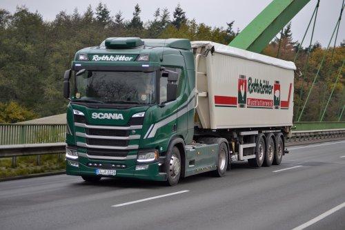 Rothkötter Mischfutterwerk GmbH (Meppen-Versen) × op de foto met een Scania R500 (new), opgebouwd voor bulktransport.