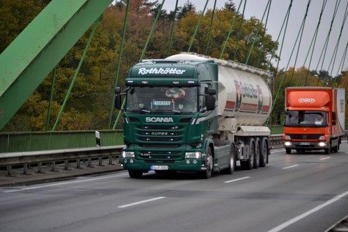Foto van een Scania R450 van Rothkötter Mischfutterwerk GmbH (Meppen-Versen) ×, opgebouwd voor bulktransport.