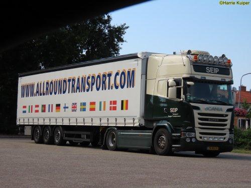 Kijk, daar heb je Seip Transport V.O.F. (Barger-compascuum) × met een Scania Vrachtwagen, opgebouwd als zeilenwagen.