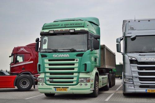 Kijk, daar heb je Loonbedrijf A. van der Most (Coevorden) × met een Scania R420. Met landbouw kenteken.
