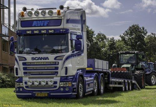 Foto van een Scania R500, bezig met trekkertrekken.  spulletje van Arne Waninge op tt Raalte 2013.. dikke Scania met Fendt 824 op de dieplader