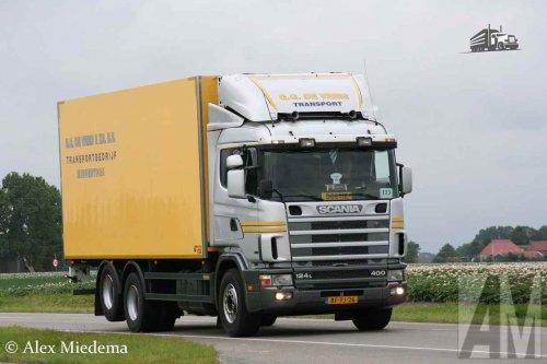 Hier zie je Transportbedrijf G.G. de Vries & Zoon B.V. met een Scania 124, opgebouwd voor koeltransport.