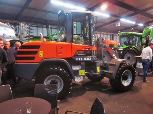 Foto van een schaeff onbekend TL 100. Geplaatst door jordi 1455 op 08-11-2019 om 23:31:18, op TractorFan.nl - de nummer 1 tractor foto website.