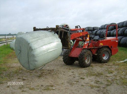 Foto van een Schaffer 442, bezig met balen halen.  even een baal voor de koeien halen bij mijn nieuwe baas kees de ruijter polsbroek