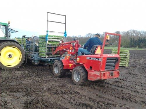Foto van een Schaffer onbekend. valeriaan planten laden op de plantmachine. Geplaatst door henkieturbo op 14-04-2012 om 23:48:27, met 3 reacties.