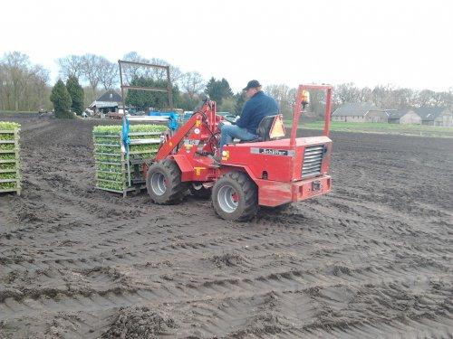 Foto van een Schaffer onbekend. valeriaan planten laden op de plantmachine. Geplaatst door henkieturbo op 14-04-2012 om 23:49:05, met 4 reacties.