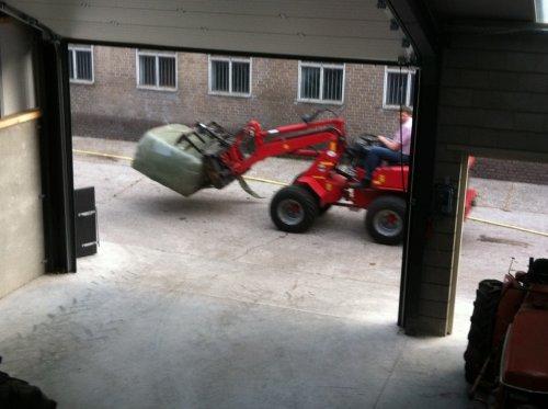 Foto van een Schaffer 442, bezig met poseren. ons pap aant rond crosse. Geplaatst door fendtkubotab1600 op 02-08-2013 om 12:03:48, op TractorFan.nl - de nummer 1 tractor foto website.