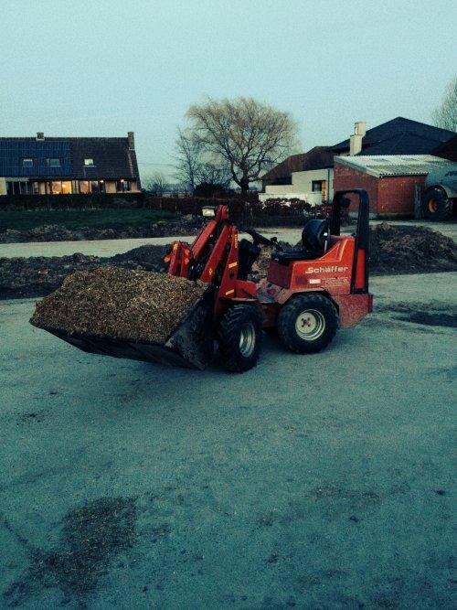 Foto van een Schaffer 2026, bezig met voeren.. Geplaatst door mf-6265 op 24-02-2014 om 19:14:16, op TractorFan.nl - de nummer 1 tractor foto website.