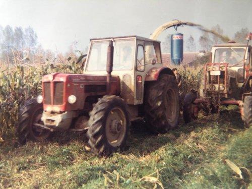 Foto van een Schlüter Super 850 V en belarus trekker bezig met maïs hakselen ruim 40 jaar geleden.