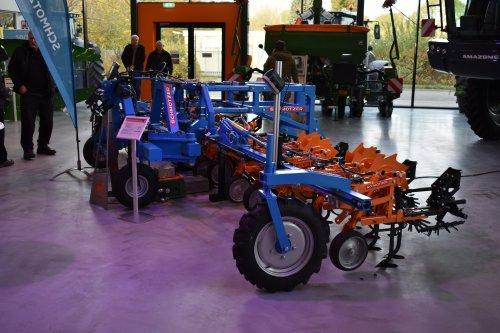 Foto van een Schmotzer Schoffeltuig (gewasverzorging). Geplaatst door jordi 1455 op 28-11-2019 om 21:46:38, op TractorFan.nl - de nummer 1 tractor foto website.