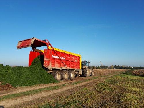 Foto van een Schuitemaker Rapide, thuis ook nog aan het maaien geweest, ongeveer 7 bunder naar de drogerij gedaan, de droogste 7 bunder geperst en de andere 7 bunder opgeraapt en op een hoop gereden om volgend jaar uit te strooien over het maisland.