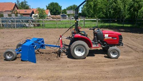 Op deze foto is Mini-Loonbedrijf Gelderland-Zuid (Nijmegen) × actief met een Shibaura st 324 met kilverbak en (mini-)cultivator. Altijd snel weer losse grond wanneer je ergens de  losse laag weggehaald hebt.