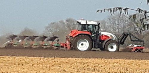Foto van een Steyr CVT 6175 bezig met ploegen van aardappelland. Type weet ik niet, in ieder geval een CVT. Hij viel me op door zijn rustige, stille loop en had er nog wel flink de gang in.