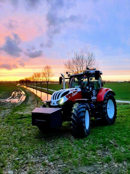 Na gisteren de carnavalswagen afgekoppeld te hebben het drukke dorp geruild voor het mooie plaatselijk polderlandschap. Op deze plek is tevens een deel van de jongste  fc de kampioenen  opgenomen.