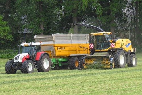 Foto van een Steyr CVT 6195 en New Holland FR9060 van loonbedrijf Hartmann uit Maastricht. Meer op: https://www.facebook.com/PB-LandbouwFotografie-1424820294429014