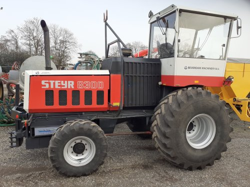 Foto van een Steyr 8300. Monster machine staat bij beverdam machinery. Mooi uitschuifbare koplampen met breedte lampjes Leuk detail is het nu een frontaftakas of achter aftakas die bij de op pik haak zit
