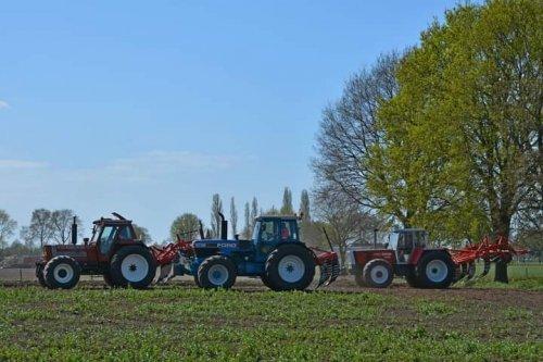 Foto van een Steyr 8180 ford 8730 en fiat 180-90 een jaar geleden samen bezig met de grond lostrekken
