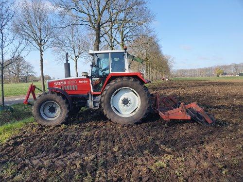 Foto van een Steyr 8130 Turbo. De monteur met zijn trekker even aan het spelen. Geplaatst door Baltus_steyr op 17-04-2021 om 09:24:22, op TractorFan.nl - de nummer 1 tractor foto website.