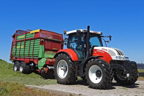 Foto van een Steyr 4110 aan het gras rijden met een strautman super vitesse. Geplaatst door edwin-hensbergen op 07-06-2021 om 07:18:04, op TractorFan.nl - de nummer 1 tractor foto website.