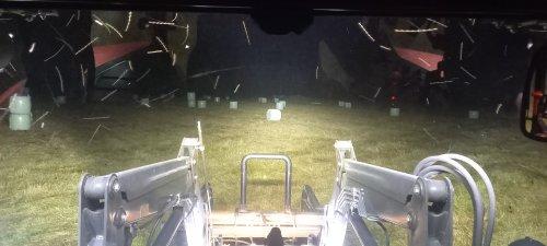 Afgelopen nacht nog wat midibalen naar huis gebracht.. Geplaatst door Saeghershof op 10-06-2021 om 19:22:42, op TractorFan.nl - de nummer 1 tractor foto website.